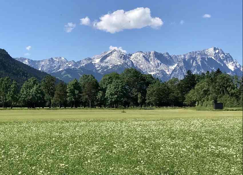 Der Blick aus dem Loisachtal bei Farchant auf die Zugspitze