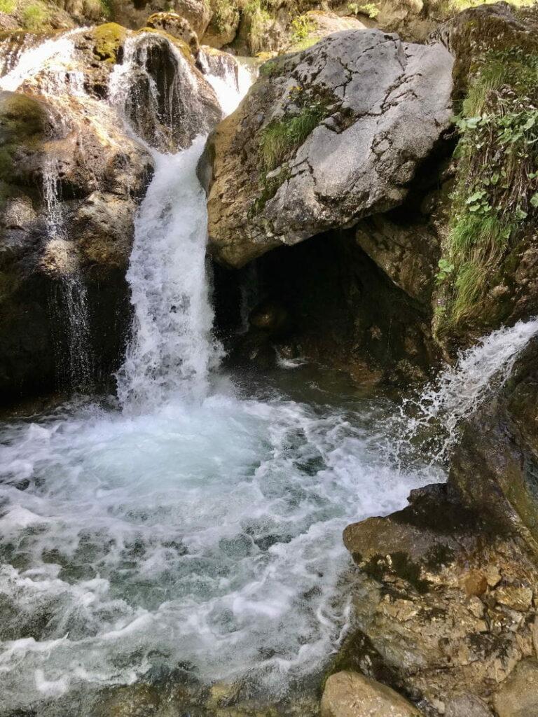 Plane deinen Besuch an diesen schönen Wasserfällen in Bayern