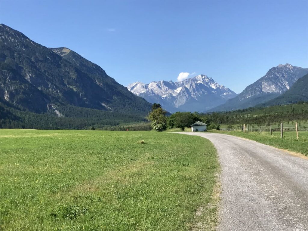 Sieben Quellen ab Eschenlohe wandern - das ist der Weg mit Blick auf das Wettersteingebirge